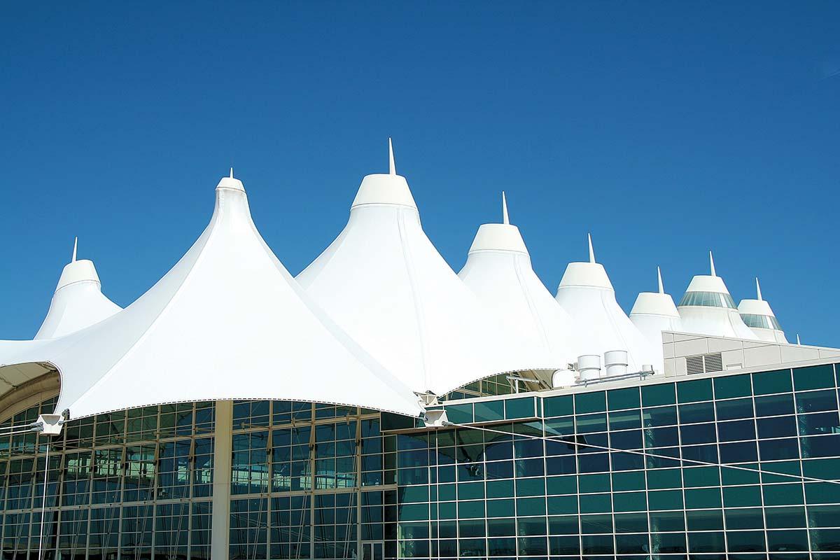 Arquitectura moderna en el Aeropuerto Internacional de Denver, Colorado