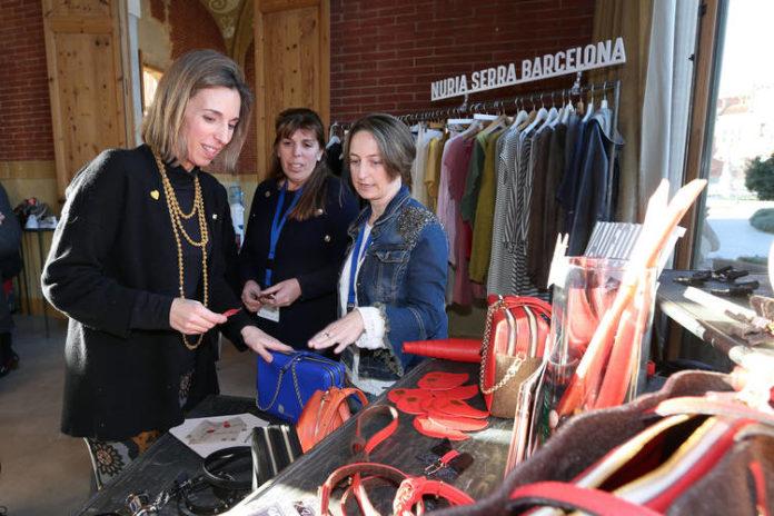 La consejera Àngels Chacón en la visita al 080 fashion showroom