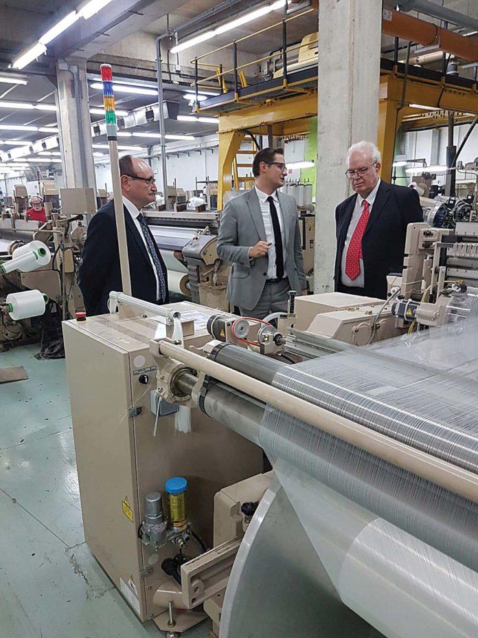 Josep Moré (presidente de Texfor) Abel Ortiz (director general de Textil Ortiz) y Galo Gutiérrez (Director General de Industria y PYME) visitan las instalaciones de Textil Ortiz
